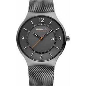 Bering Solar horloge; stalen kast en stalen milanaise band in titaniumkleur en een donkergrijze wijzerplaat met oranje accenten, refnr 14441-377 - 212776