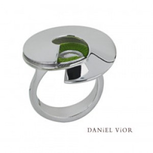 D.Vior ring in gerhodineerd zilver model Latiaxis in groen emaille - 210264